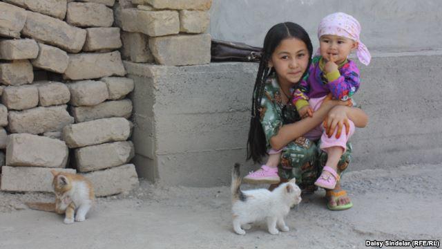 دختر اوزبک تبار در اوش، 2005، جلوی خانه ویران شده اش