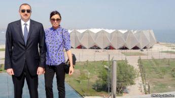 الهام علی یف و همسرش خانم مهربان علی یوا در مقابل «هال کریستال»