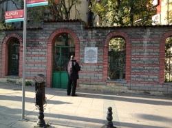 ورودی خانقاه حسن انسی آیدین اوغلی در کوچه «علمدار» محله «سلطان احمد» استانبول
