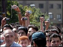 تماشاچیان صحنه علنی اعدام عکس و فیلم میگیرند. تهران 1387