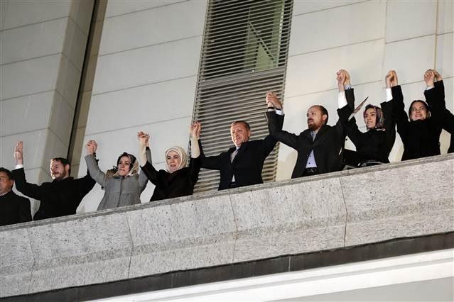آقای اردوغان و خانواده اش (از جمله بپسرش بلال) بعد از اعلان خبر پیروزی حزب حاکم در بالکن این حزب