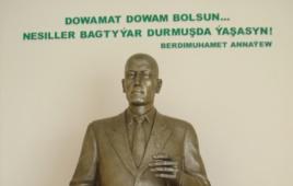 مجسمه پدر هنوز زنده بردی محمدوف در جلوی قصر فرهنک قصبه باباراپ