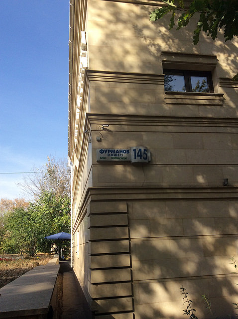 Furmanov köşesi, Furmanov sokağı فورمانوو کؤشه سی=کوچه فورمانوو توضیح: کؤشه=گوشه،کوچه در قزاقستان هم به کوچه و هم به خیابان «کوشه» میگویند. برای خیابان وسیع کلمه روسی «پراسپکت» را استفاده میکنند