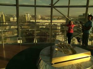منظره آستانا از بالاترين طبقه باى ترك با اثر دست رئيس جمهورى نظربايف بر لوحه برنز