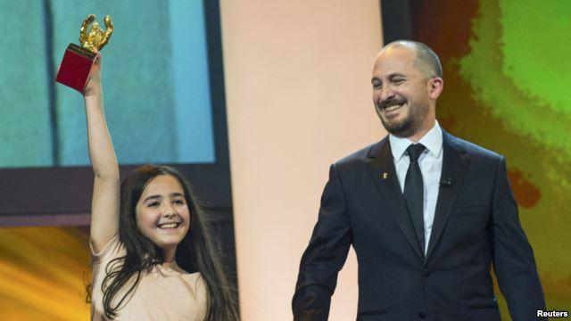 هانا سعیدی خواهر زاده جعفر پناهی به هنگام دریافت خرس طلایی جشنواره برلین.