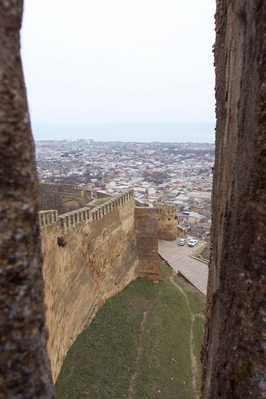 شهر دربند، از میان دو دیوار حصار بلند و باستانی دوره ساسانی
