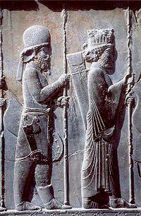 کاخ آپادانا در تخت جمشید: سرباز پارسی (پیش) و ماد (پس)